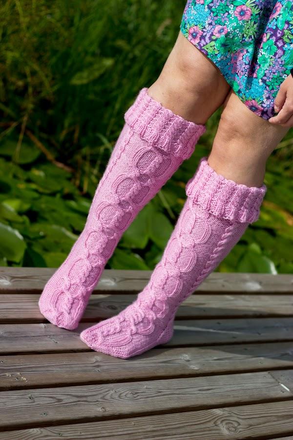 Pitkät DROPS sukat joissa palmikoita