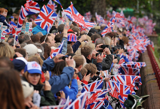 Queen+Diamond+Jubilee+Thames+Pageant+photos+People+waving+flags