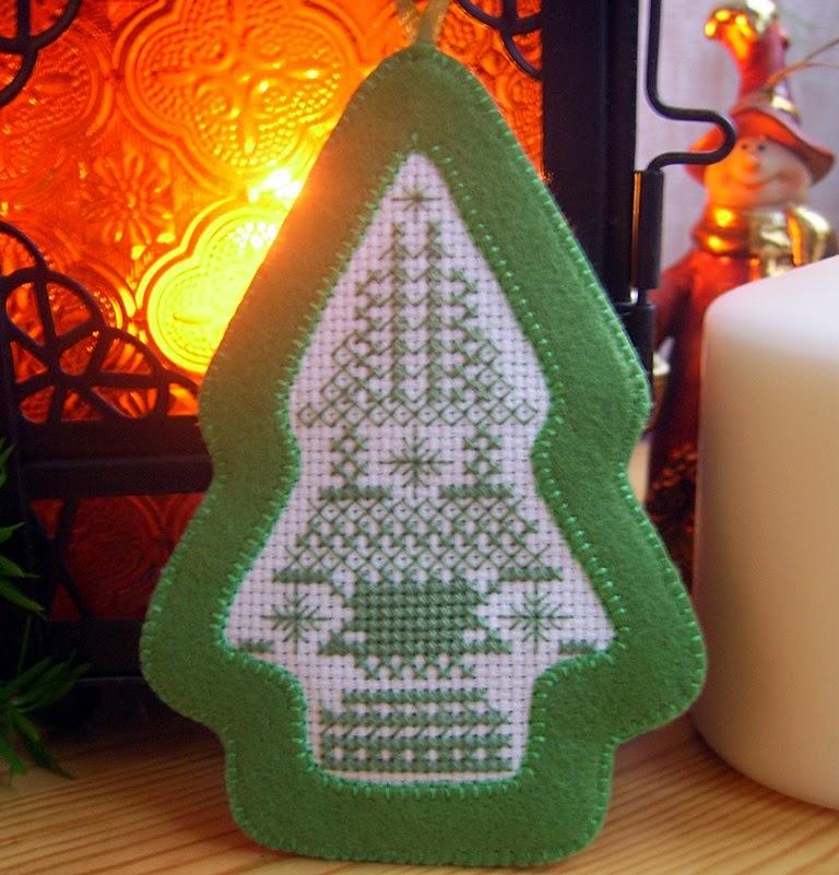 Новогодняя елочка-подвеска с ручной вышивкой