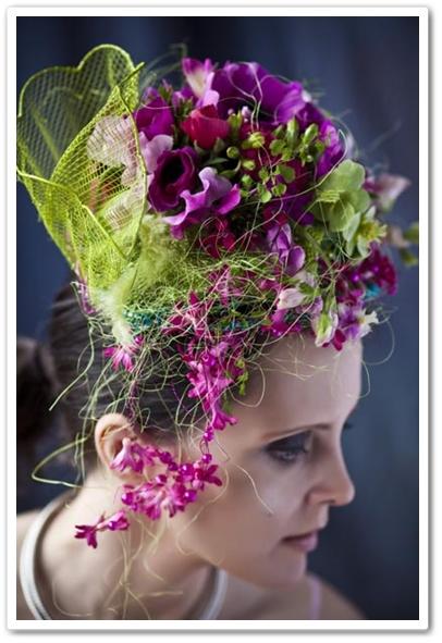 blomstersmycket, blomsterhat, hårdekoration med blommor
