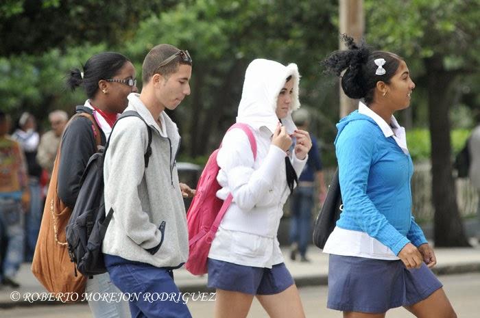 Jóvenes pasean bajo las temperaturas mínimas provocadas por el primer frente frio del año en La Habana, Cuba, el 7 de enero de 2014.