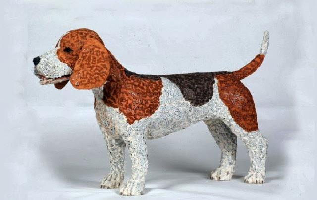 Esculturas de perros hechas con cadenas de bicicletas