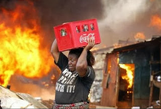 mulher salva pack de Coca Cola de incêndio