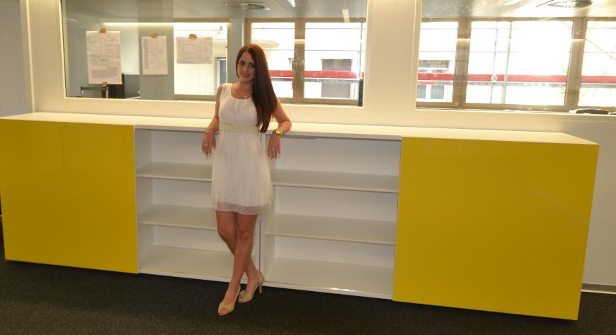 Moderne büroschränke  Colour up your office !: Schweizer Postauto mit gelben Hochglanz ...