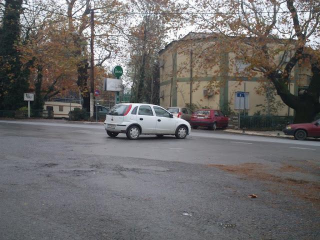 Το παρκάρισμα στη μέση του δρόμου έχει καθιερωθεί πλέον