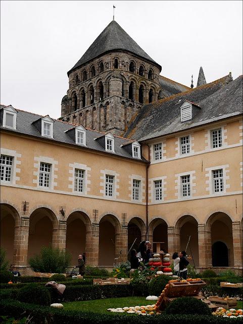 Citrouilles et coloquintes  participent à la décoration du cloitre st Sauveur, à Redon