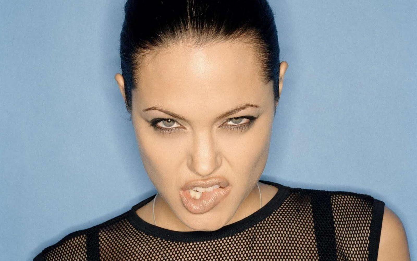 http://2.bp.blogspot.com/-jpAMSBupFKo/TbW4fmj4RMI/AAAAAAAANy4/5GvOigotYkg/s1600/Angelina_Jolie_sexy_wallpaper%2B%25281%2529.jpg