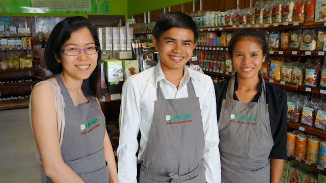Bunna Cornut (gauche) et ses employés à la Vie Claire