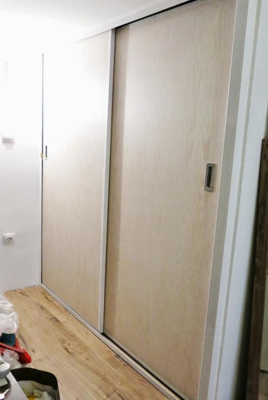 Supermanitas escalera reciclada y armario para altillo for Colocar puerta corredera