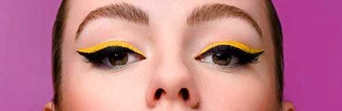 ojos delineados en negro y amarillo