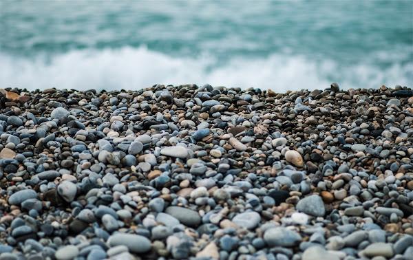 Kamienie leżące nad brzegiem morza