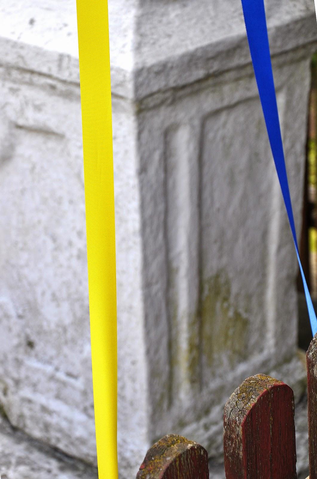 Mokra k. Stąporkowa, Żeliwny krzyż na kamiennym postumencie - widok z prawej strony. Ten element zdobniczy przysporzył mi najwięcej problemów. Można interpretować go tak: Ten nierówno podzielony prostokąt skłaniam się interpretować jako alegorię uchylonego kamienia z pustego grobu Jezusa (Paweł Puton Radom). Foto. KW.