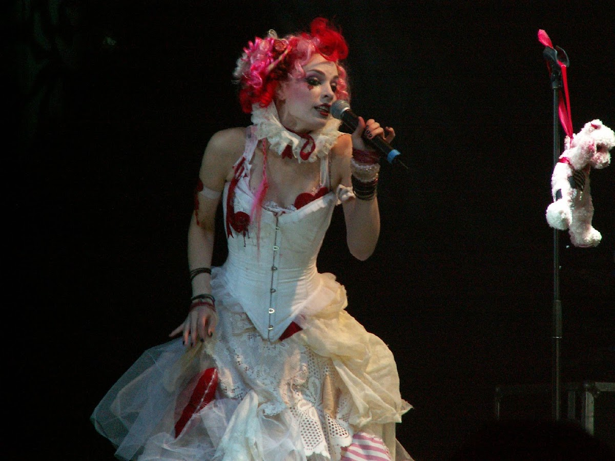 http://2.bp.blogspot.com/-jqMzeB_-boI/USwi3cUPaVI/AAAAAAAAIHA/Xc5XyApgLmE/s1200/Emilie+AutumnTITULO22.jpeg
