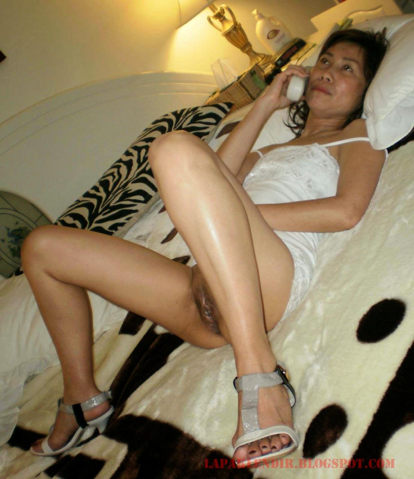 Gambar Bugil Mama Lagi Phone Sex Sama Berondong nya
