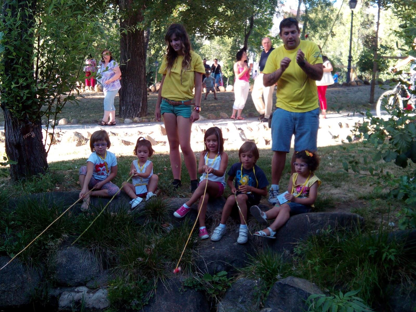 Miembrosde viking sport ocio  juntoa los niños participantes