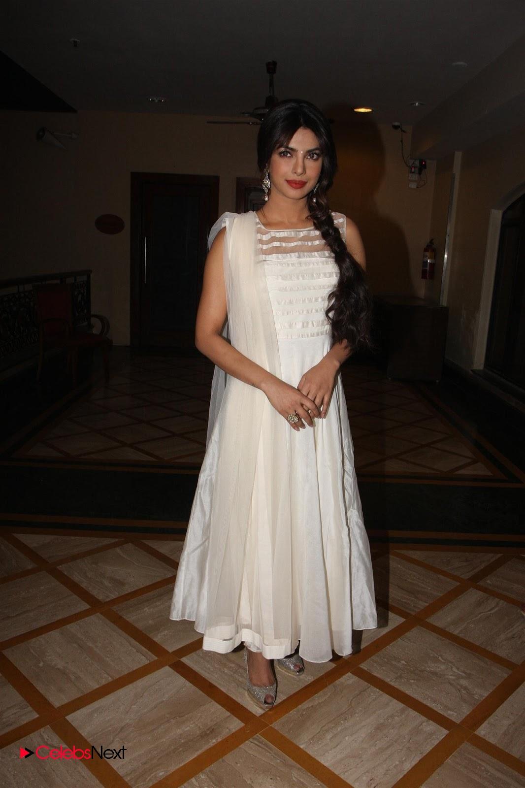 Priyanka chopra latest stills in sleeveless salwar kameez at deewana