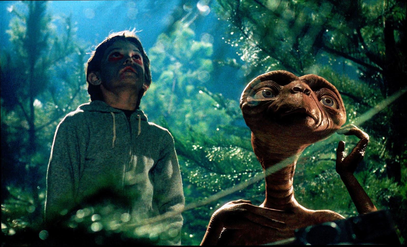 森の中で空を見上げるE.T.とエリオット