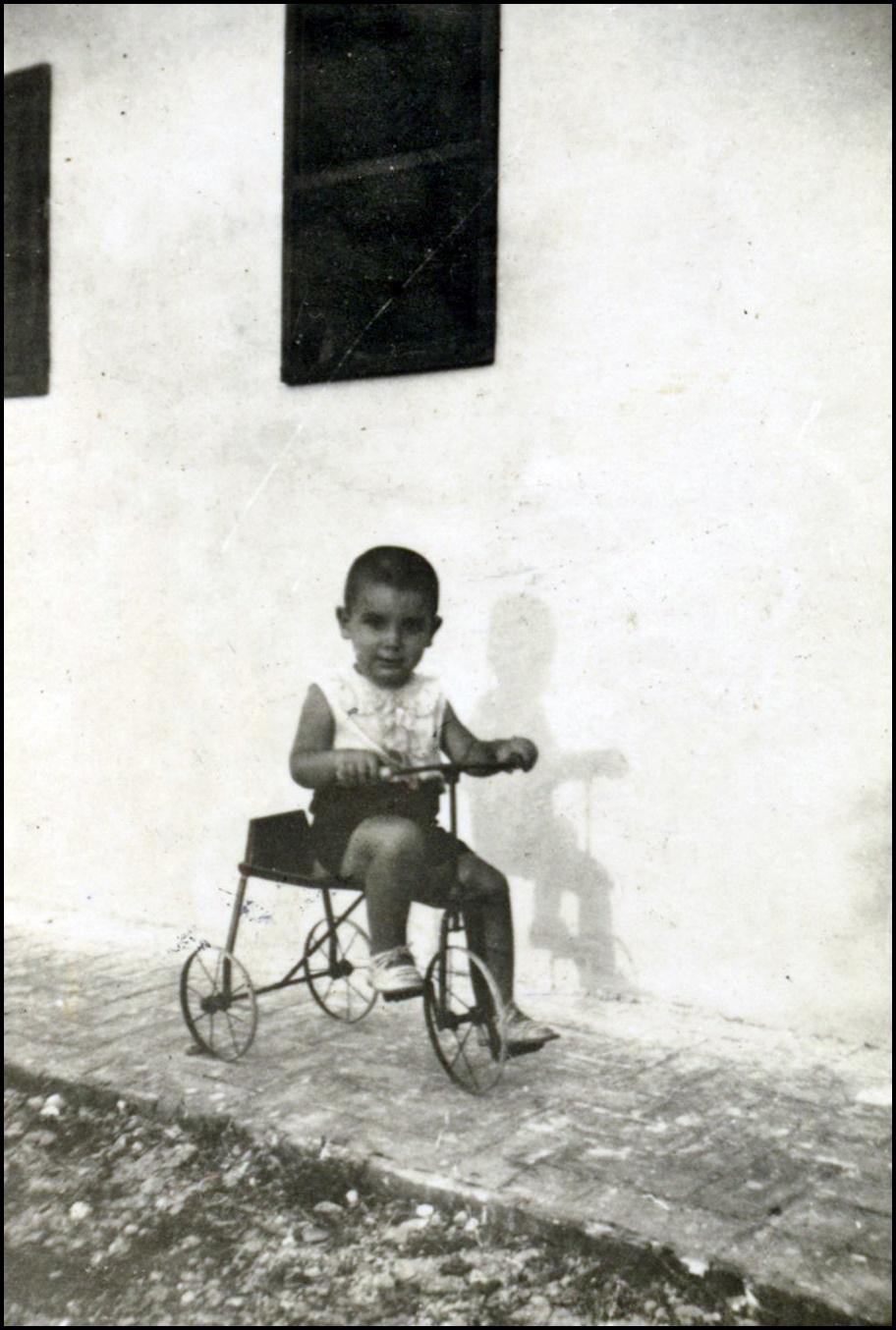 Niño en un triciclo 1935