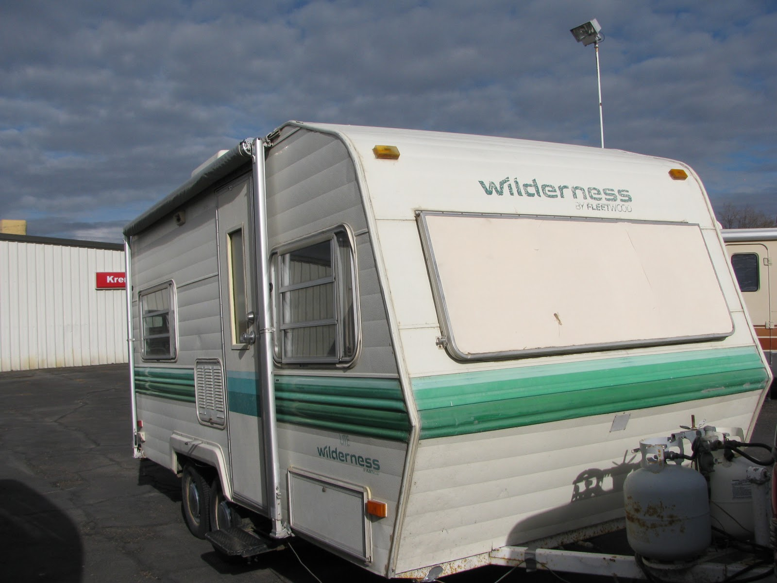 1982 Wilderness 18 ft travel trailer, Has furnace, working fridge