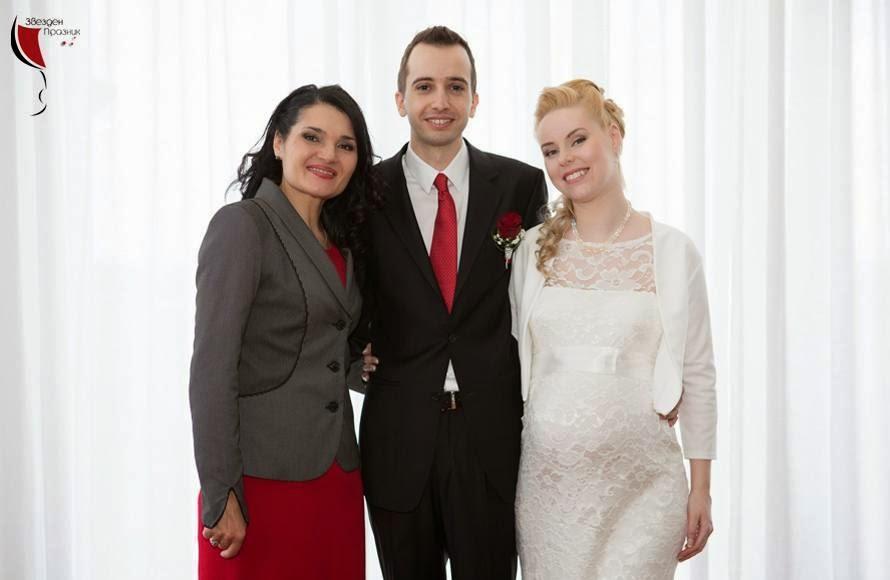 младоженците с управителката и водещата на сватбена агенция звезден празник