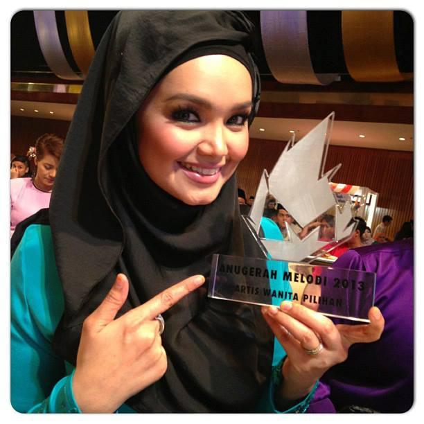 Siti Nurhaliza Menang Anugerah Wanita Pilihan Melodi Raya 2013