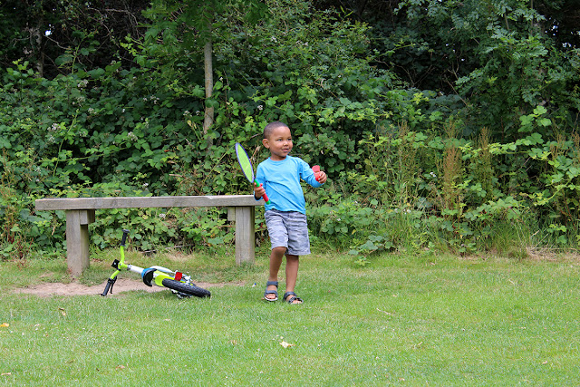 badminton-game-upton-country-park-grass-children-playing-todaymyway.com