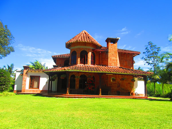 Front view of the large flat country house in antioquia