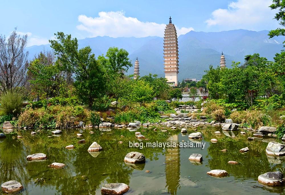 Three Pagodas of Dali Photo