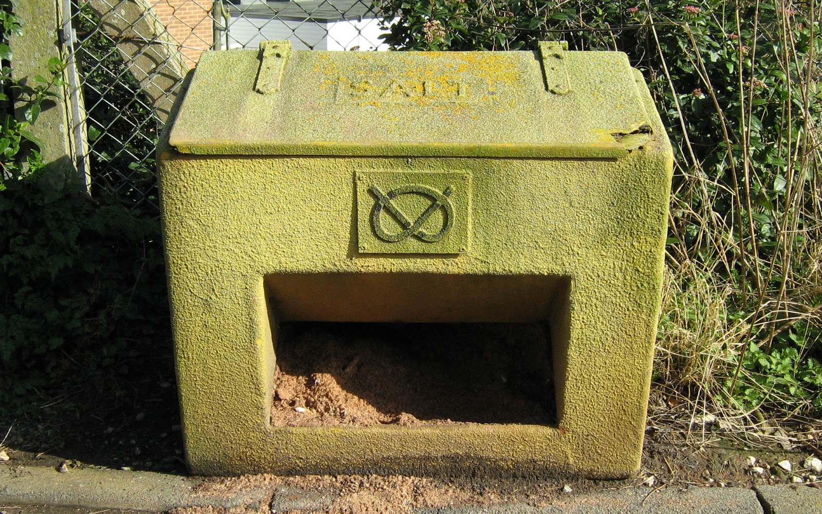 Grit-bin at Draycott-in-the-Clay, with Stafford Knot