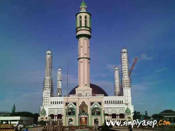 RENOVASI :  Masjid Raya Mujahidin Pontianak saat sedang dilakukan renovasi menyeluruh.  Dokumentasi pribadi / Foto Asep Haryono