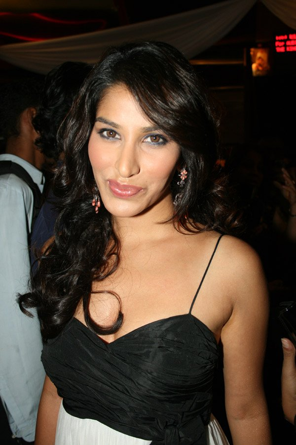 Gak Tak Reken: Actress Sophie Chaudhary Wallpapers, Pics ...