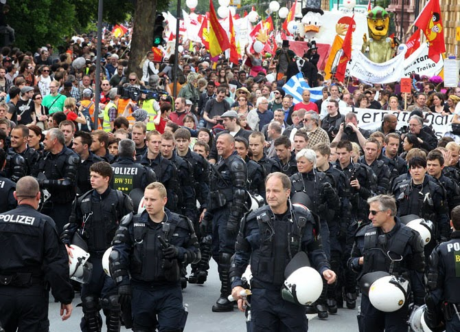 Немецкие штурмовики сняли шлемы и присоединились к демонстрантам во Франкфурте в 2011 году.