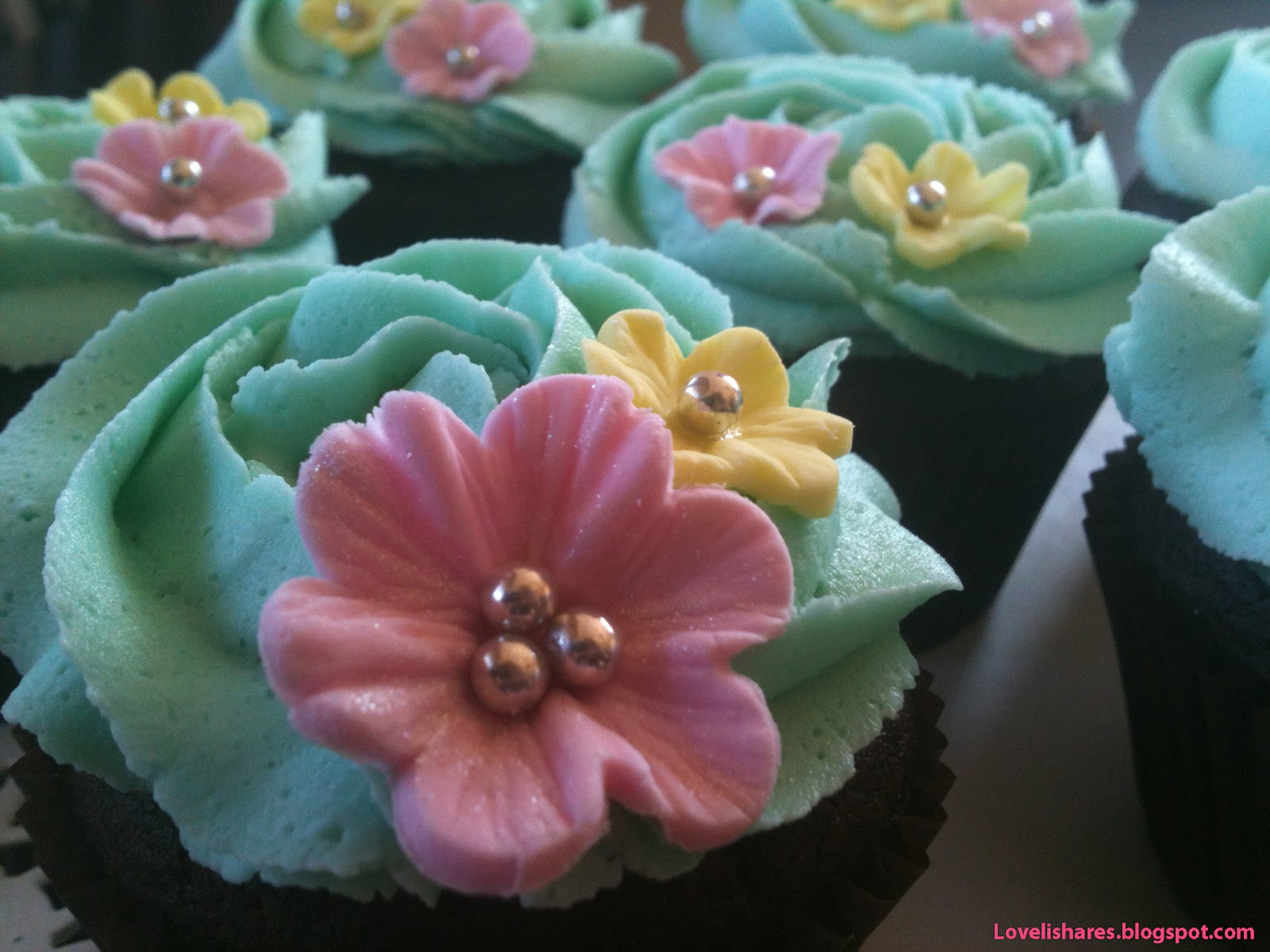 http://2.bp.blogspot.com/-jtkmuy8WGIs/T7DATctkwrI/AAAAAAAAAgQ/IBdnYDWYDvQ/s1600/green+buttercream-cupcakes.jpg