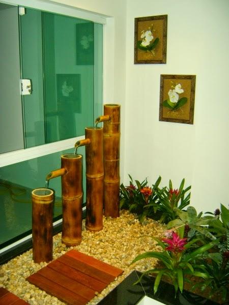 jardim vertical bambu:Pedras e deck de madeira no chão! Fonte com bamboo, plantas verdes