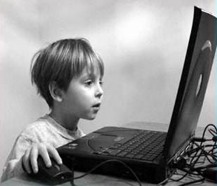 إدمان الإنترنت يصيب طفلك بالاكتئاب - الطقل - طفل يستخدم الكومبيوتر والانترنت