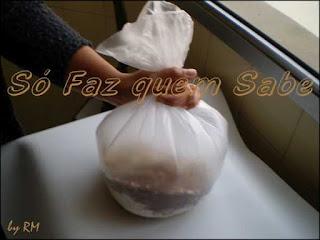 Misturando os ingredientes em pó do cappuccino com o auxílio de um saco plástico.