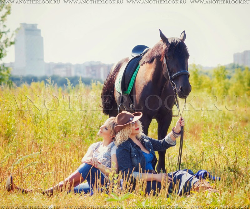 девушки сидят в поле рядом с конем