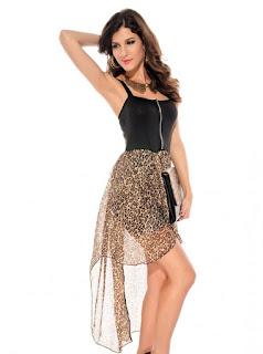 Vestido corto asimétrico con sobrecapa en la falda, escote recto y cremallera en medio del pecho