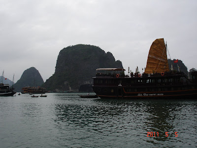 Barco navegando la Baha de Halong - Vietnam
