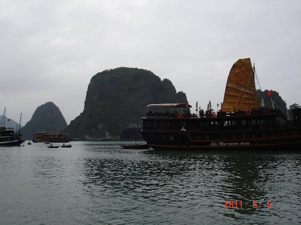 Barco navegando la Bahía de Halong - Vietnam