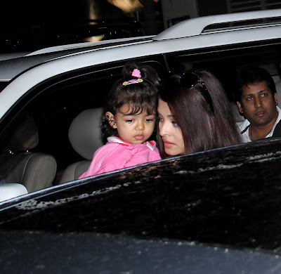 Abhishek Receives Aishwarya and daughter Aradhya Bachchan on Airport