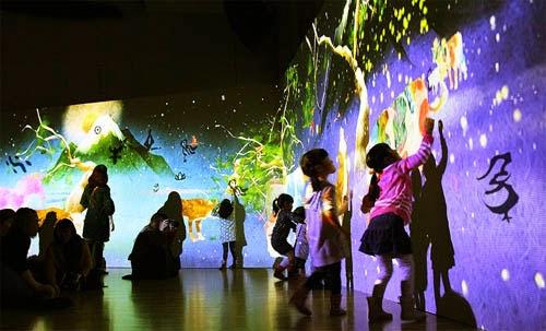 紫舟xチームラボ「まだ かみさまが いたるところにいたころの ものがたり」は「デジタルアートと書道のコラボレーション+象形文字」にダイバシティの工夫が見られる。