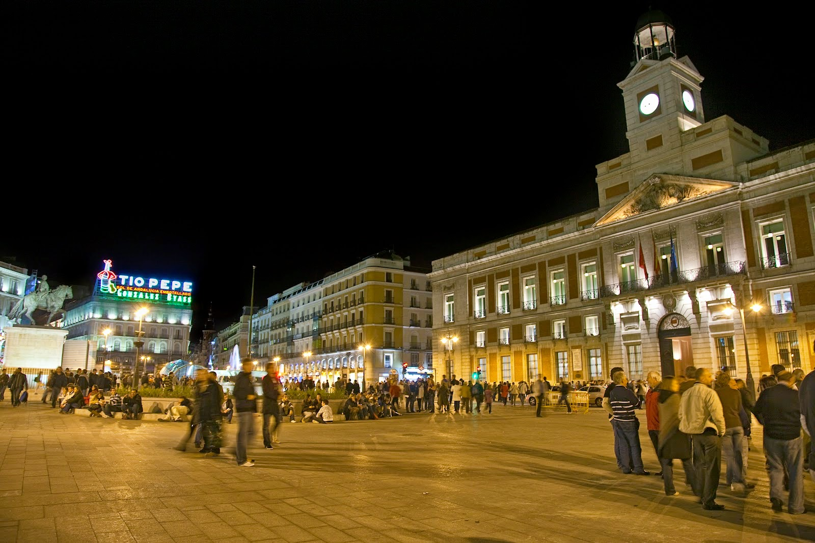 Amazing place site of day puerta del sol madrid spain for Puerta del sol 9 madrid