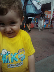 Dos fotos de Nicolás Ignacio en su primera competencia de caminata