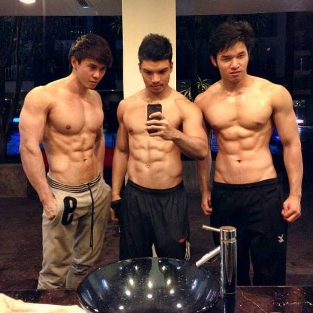 foto cowok cowok fitness narsis bareng di thailand sambil pamer