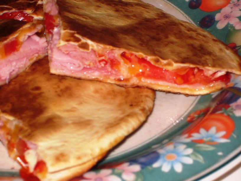 Quesadillas de jamón queso y tomate