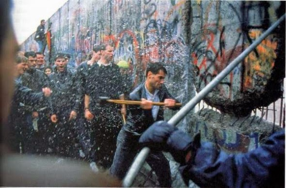 Ultimate Collection Of Rare Historical Photos. A Big Piece Of History (200 Pictures) - Destroying the Berlin Wall