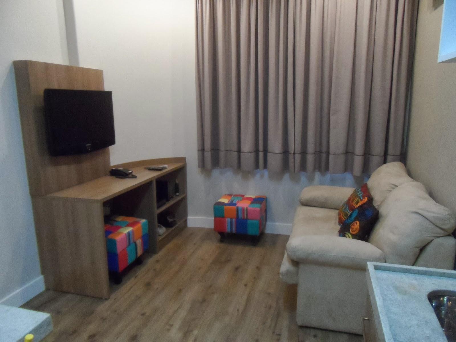 #406E8C Depois: Sala com sofá cama de casal rack para tv com bancada de  186 Janelas De Vidro Na Sala