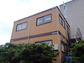写真:二階建てのプレハブ小屋