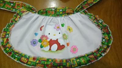 avental de festa junina com pintura da hello kitty e flores